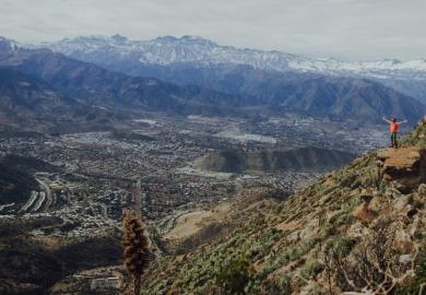 Hombre realizando trekking en el cerro Manquehue