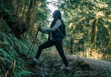 Mujer realizando trekking en las montañas de Santiago